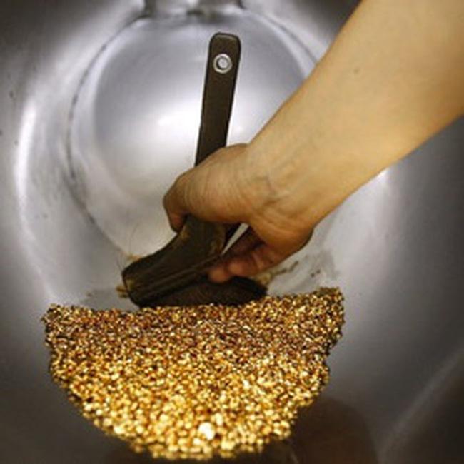 Giá vàng tăng, dầu giảm