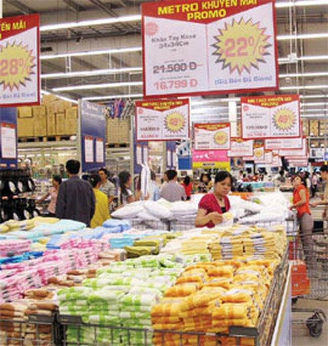 TPHCM: siêu thị đông đúc, cửa hàng ít nhộn nhịp