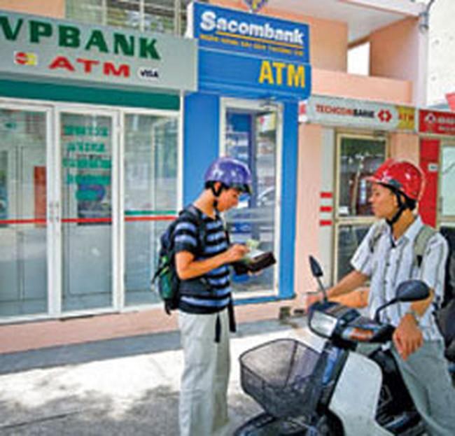 Xài thẻ tín dụng: Lãi suất tới 25%/năm