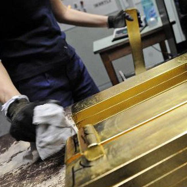 Giá vàng vọt lên sát mức kỷ lục, dầu xuống 75USD/thùng