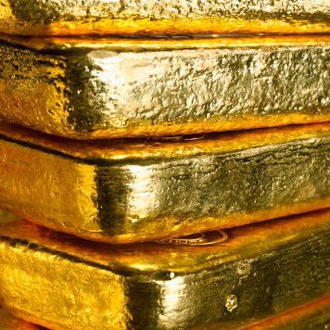 Giá vàng tăng, dầu tiếp tục đi xuống