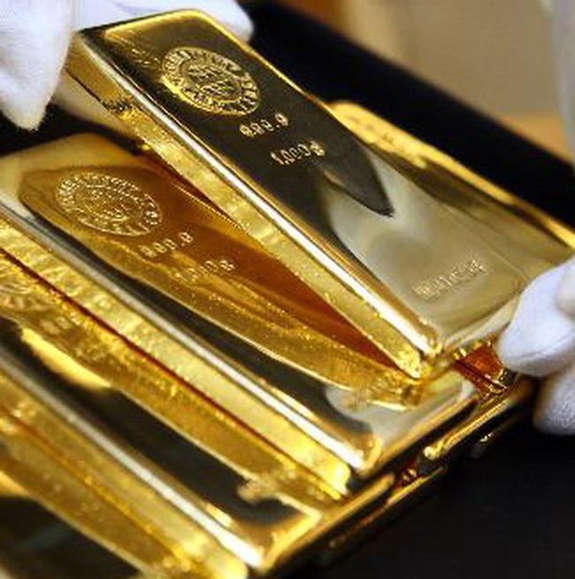 Giá vàng tăng mạnh, dầu giảm sâu