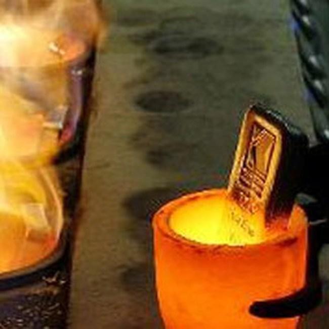 Giá vàng giảm sâu, dầu thô vượt 75USD/thùng