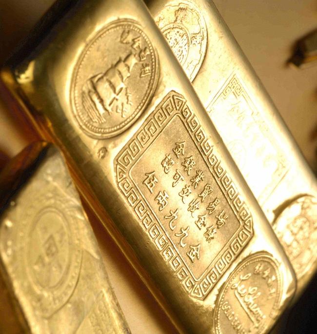 Giá vàng tăng nhẹ, dầu xuống sâu