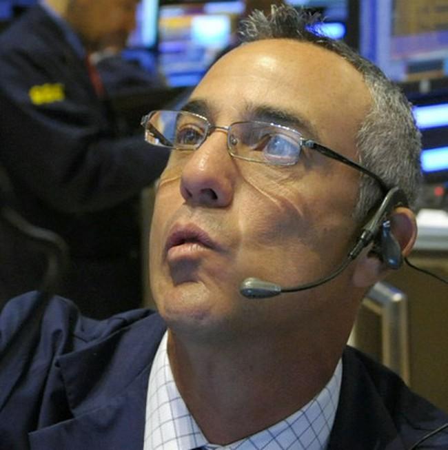Mất gần 270 điểm, Dow Jones rời xa ngưỡng 9.900 điểm