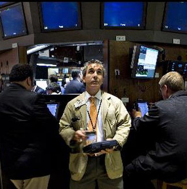 Thoát hiểm trong 2 giờ giao dịch cuối, Dow Jones lên sát 10.600 điểm