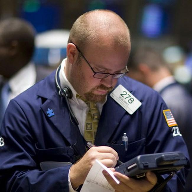 Dow Jones rơi xuống dưới 10.700 điểm
