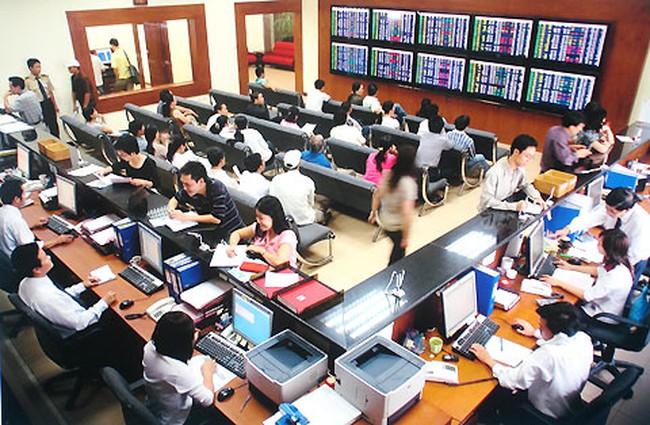 HNM, SMA, SVC, TCR: Thông tin giao dịch lượng lớn cổ phiếu
