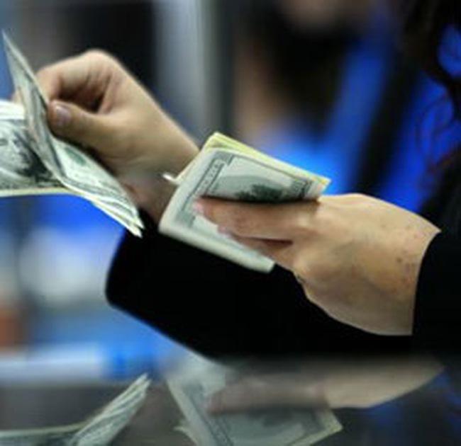 Ngân hàng lớn nâng giá mua USD kịch trần