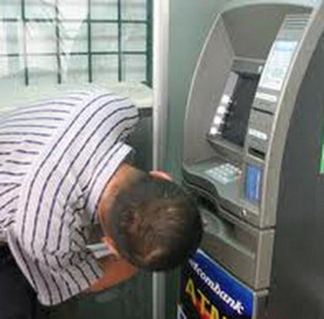 Làm gì khi bị máy ATM nuốt tiền?