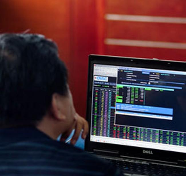 Tiền đồng mất giá không đáng ngại bằng VN-Index sụt giảm