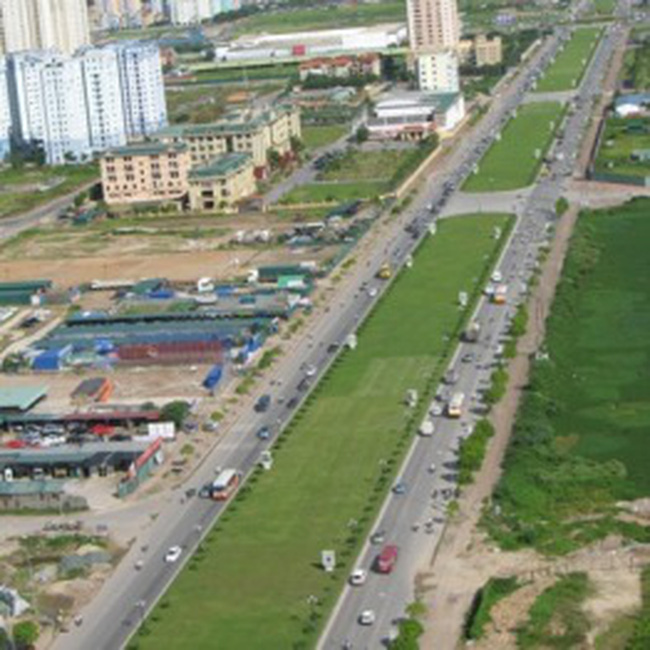 Xén dải phân cách tuyến đường Phạm Hùng - Khuất Duy Tiến