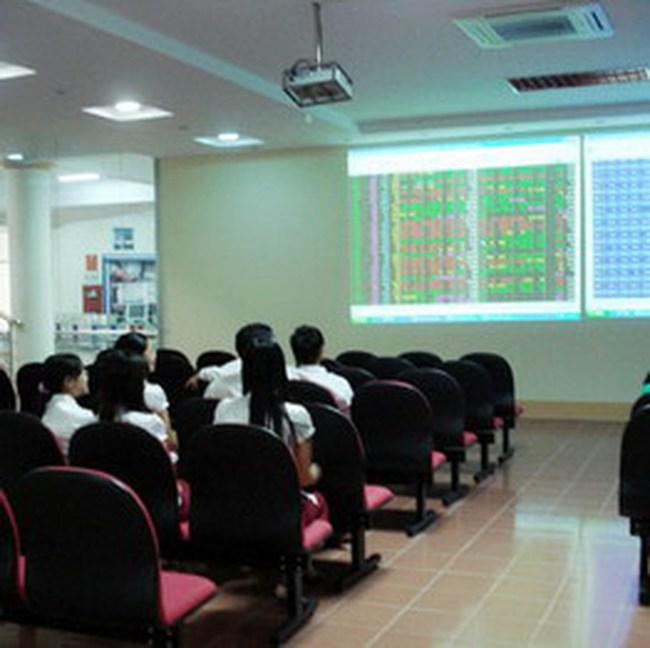 Rung lắc mạnh giữa phiên, VN-Index thử thách mốc 440 điểm
