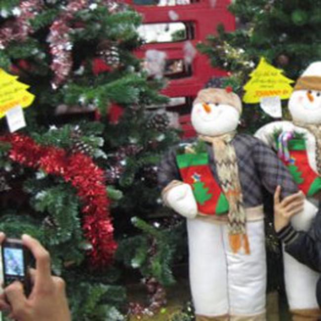 Sắm đồ Giáng Sinh mùa 'bão giá'