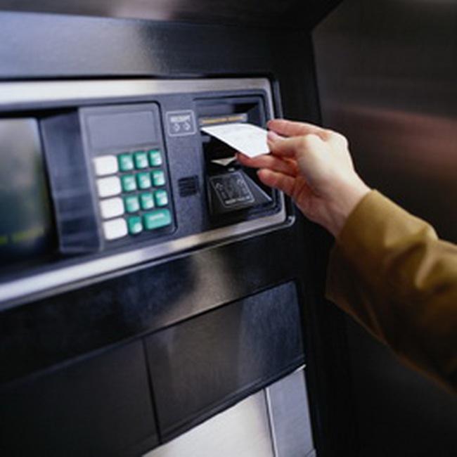 Người giao dịch ở ATM phải đứng cách nhau 1 m