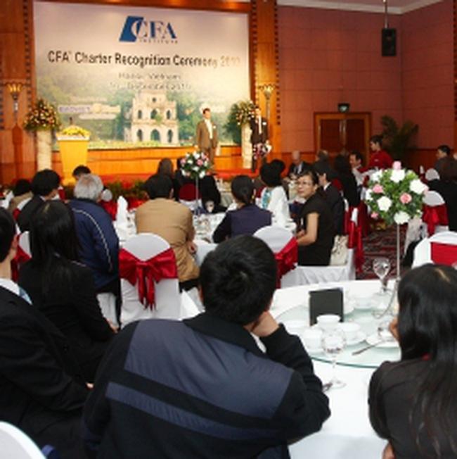 Trao văn bằng CFA cho 10 chuyên viên phân tích Việt Nam