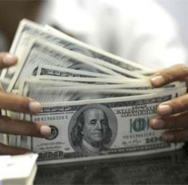 Nhiều người bắt đầu bán USD cho các ngân hàng