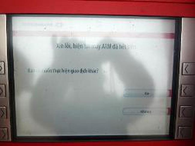 """Không cao điểm, nhiều máy ATM vẫn """"hết tiền"""""""