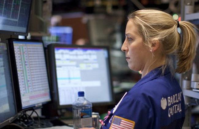 Dow Jones hạ nhẹ xuống sát 12.000 điểm