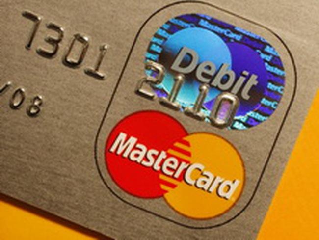 Khó nguồn đôla, nhà băng đẩy mạnh phát hành thẻ quốc tế