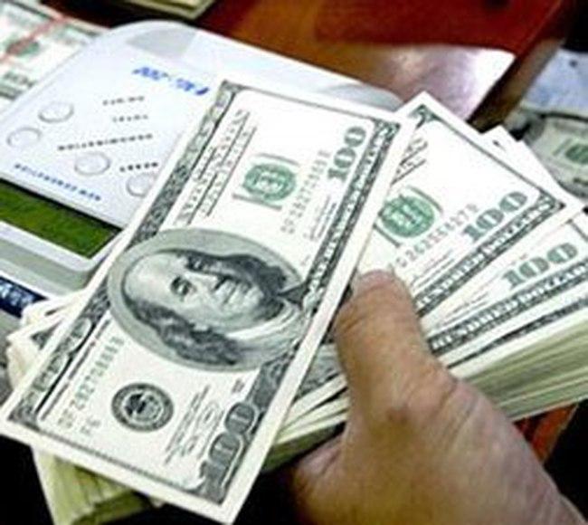 """Doanh nghiệp phải """"luỵ"""" ngân hàng để mua USD giá đắt?"""