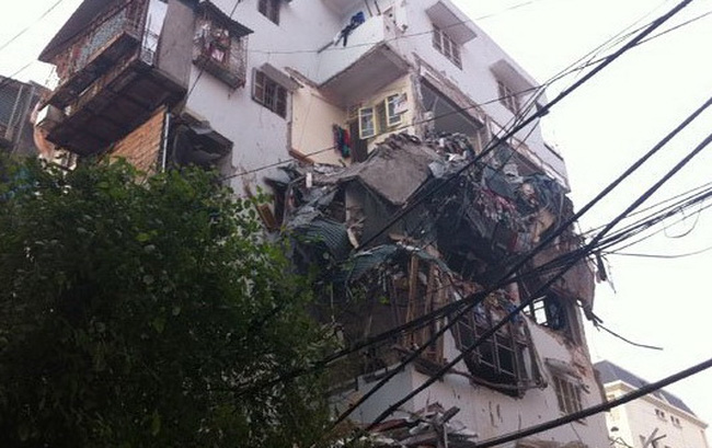Hà Nội: Tòa nhà 5 tầng tại Huỳnh Thúc Kháng đổ đè sập một phần chung cư