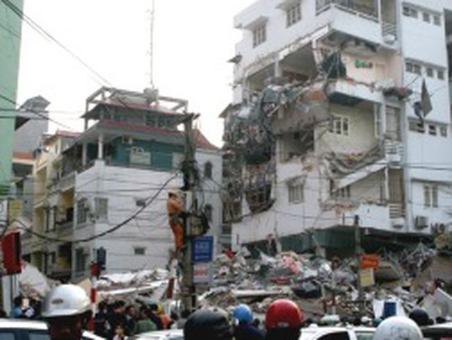 Vụ sập nhà 5 tầng: Ai chịu trách nhiệm đền bù thiệt hại?