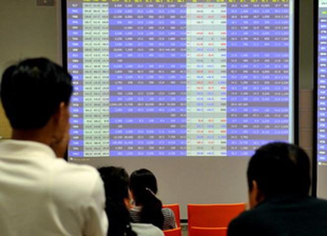 Dòng tiền vẫn đứng ngoài thị trường, hai sàn tăng giảm trái chiều