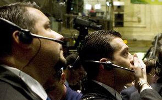 """Dow Jones và S&P 500 """"trượt"""" mạnh nhất trong 1 tháng"""