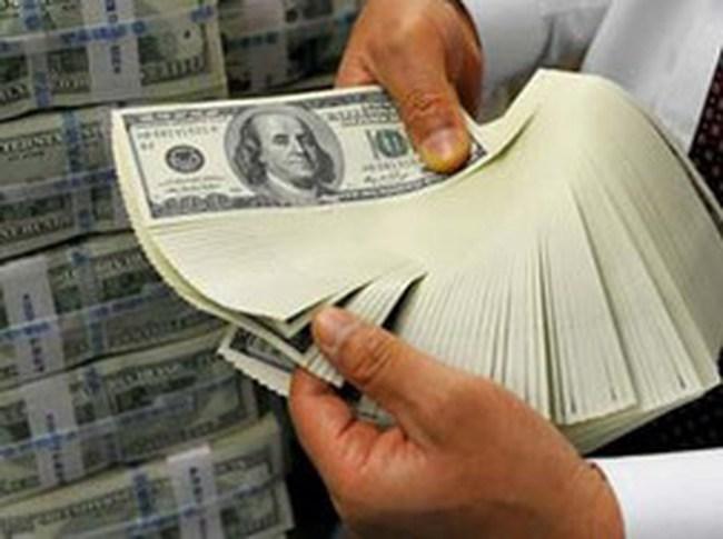 Ngân hàng đồng loạt hạ giá bán USD: Giá bán ra thấp hơn giá trần 10-15 đồng/USD