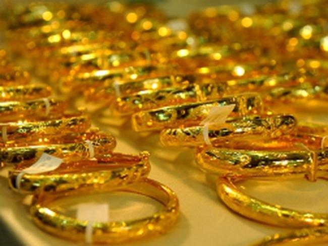Giá vàng trong nước đứng yên cho dù giá thế giới tăng vọt