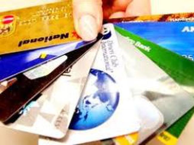"""Thẻ tín dụng: Người tiêu dùng """"thích"""" cất vào... bóp"""
