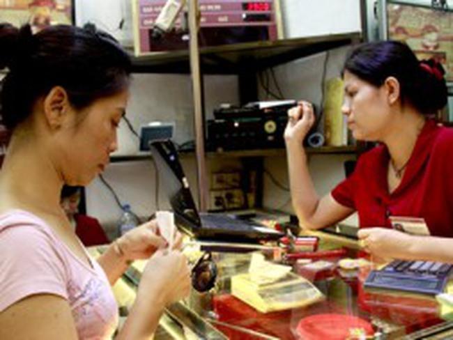 Vàng bật mạnh: Cửa hàng kén chọn khách