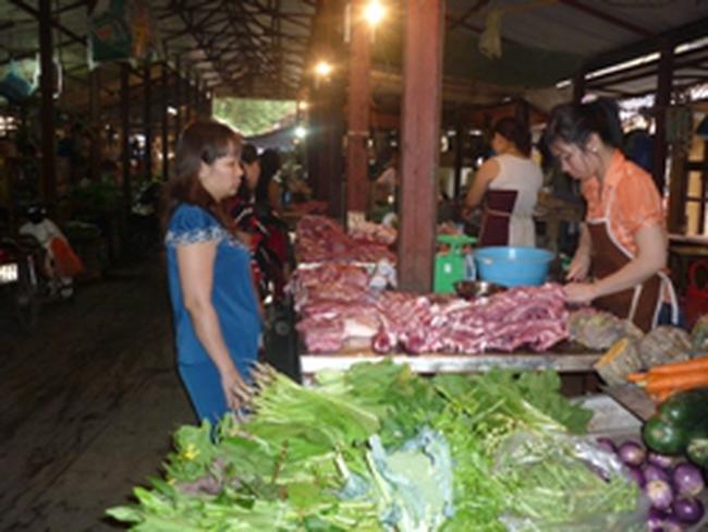 Hà Nội: Thực phẩm bán chạy trước ngày mưa bão
