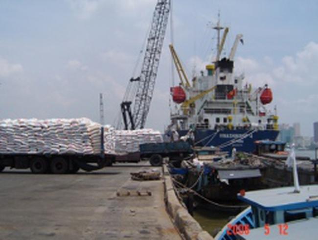 """""""Sóng"""" giá cả """"dìm"""" vận tải biển"""