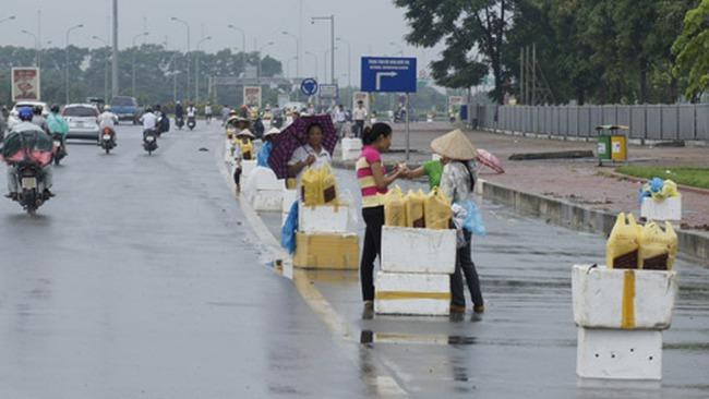 Họp chợ trên đại lộ hiện đại nhất Việt Nam