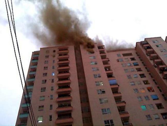 Hà Nội: Nhà trên 17 tầng cháy, dân tự cứu mình