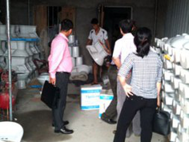 Bắt quả tang cơ sở làm giả thiết bị vệ sinh Viglacera tại Thái Bình