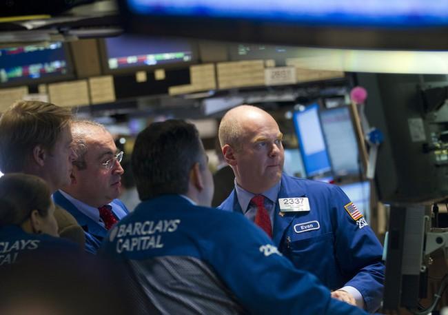 Dow Jones hạ gần 450 điểm sau hàng loạt tin kinh tế xấu