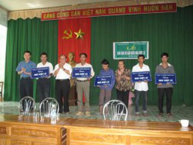 IRS bàn giao và gắn biển Nhà vượt lũ tại Hà Tĩnh