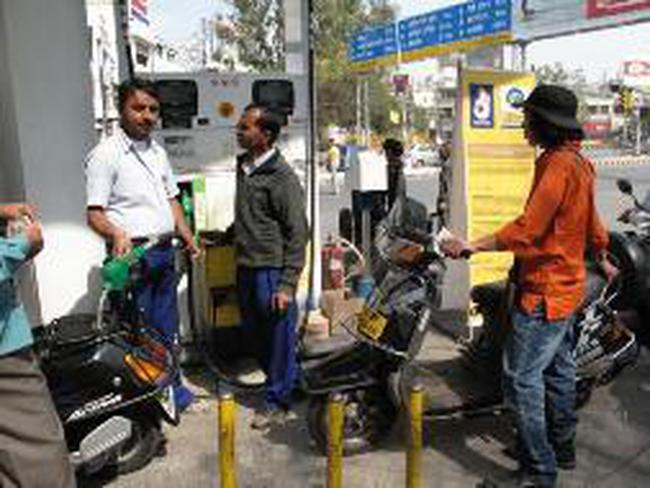 Giá xăng dầu tại Ấn Độ đắt hơn nhiều so với các nước láng giềng
