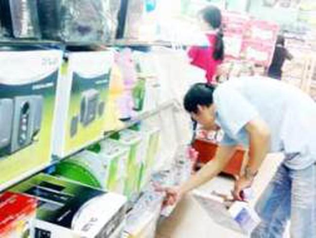 Các siêu thị lớn bán hàng điện tử giá… mắc