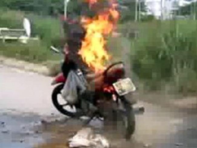 Đầu năm mới, thêm một xe máy bốc cháy tại TP HCM