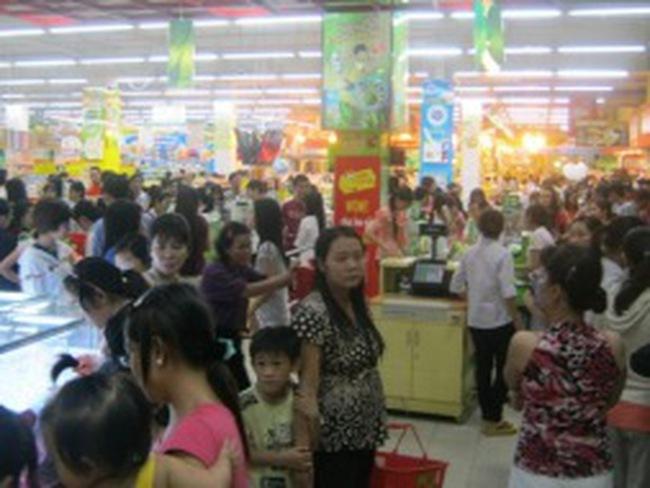 TPHCM: Quán ăn nhậu vắng, điểm mua sắm quá tải dịp lễ