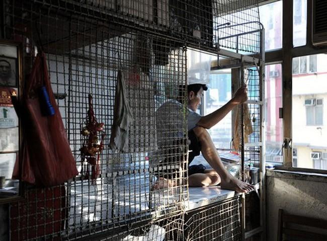"""Cuộc sống trong """"lồng"""" của người nghèo Hong Kong"""