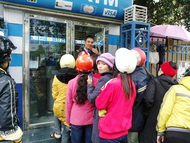 Thanh Hóa: Xếp hàng chờ tiền trước cây ATM