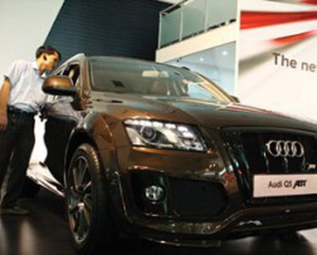 Thoát phí mua ô tô mới: Đại lý, người mua bày trò gì?