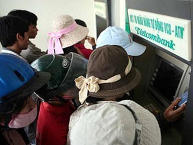 """""""Rồng rắn"""" rút tiền ATM cận tết"""