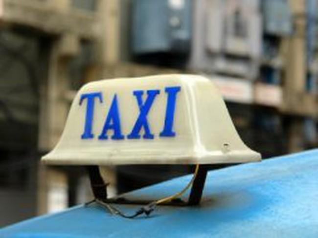 """""""Cháy"""" xe, giá taxi tăng gấp ba lần"""