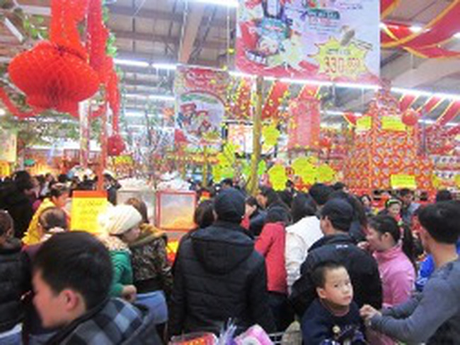 Bloomberg: Mua sắm của người dân Việt Nam tăng mạnh dịp Tết, bất chấp lạm phát